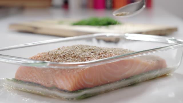 salmon gravlax recipe - セレクティブフォーカス点の映像素材/bロール