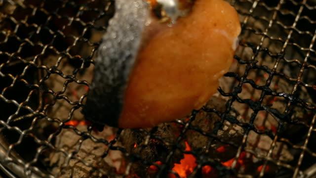 vidéos et rushes de salmon grill sur la table - parpaing