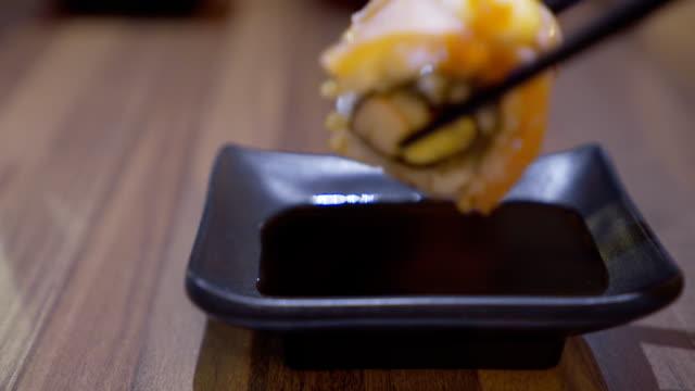salmon maki roll - bacchette cinesi video stock e b–roll