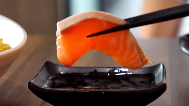 lax sashimi doppa med sojasås - varmrättssås bildbanksvideor och videomaterial från bakom kulisserna