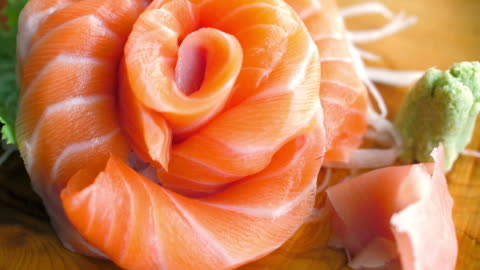 vídeos y material grabado en eventos de stock de sashimi de salmón listo para comer comida japonesa - bean