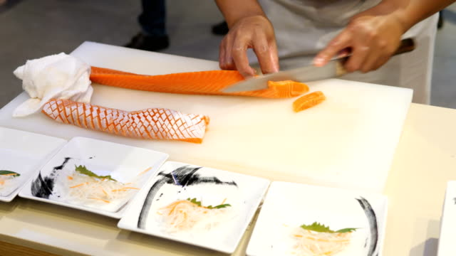 vídeos de stock, filmes e b-roll de sashimi de salmão  - comida japonesa
