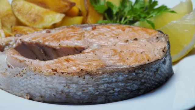 Lachs Steak und Pommes frites