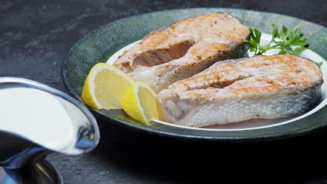 vídeos de stock e filmes b-roll de salmon steaks with cream sauce and ikura - filete de salmão