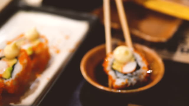 vídeos de stock e filmes b-roll de salmon sushi roll - sushi