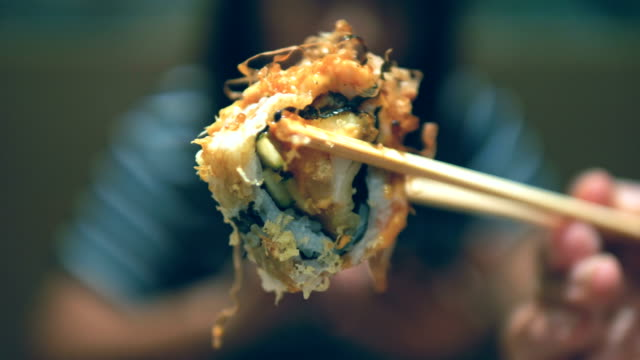 salmon sushi roll - sushi video stock e b–roll