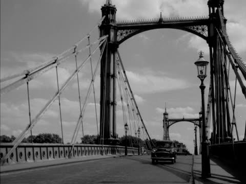 vídeos de stock e filmes b-roll de a saloon and police car travel over chelsea bridge - kensington e chelsea