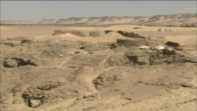 salt digging site in sahara desert - ニジェール点の映像素材/bロール