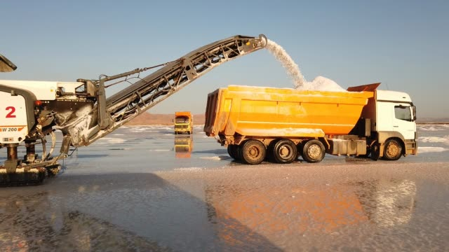 stockvideo's en b-roll-footage met salt extracting machine from the koyuncu salt production facility fills a truck with salt on lake tuz on october 03, 2020 in ankara, turkey. lake tuz... - commercieel landvoertuig