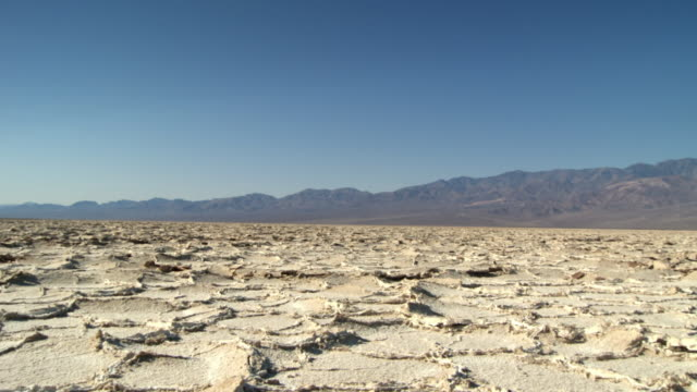 ws salt formations in badwater basin / death valley national park, california, usa - terra brulla video stock e b–roll