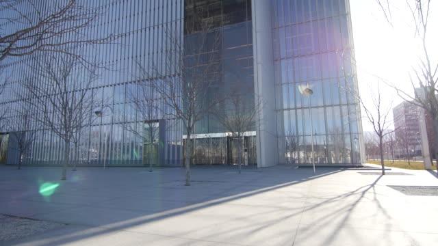 salt lake city federal courthouse fast tilt - 葉のない木点の映像素材/bロール