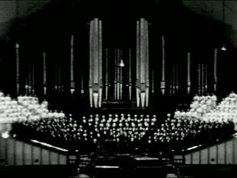 ls salt lake city / mormon temple / mormon tabernacle / choir in front of large pipe organ / man plays organ keyboard / conductor with choir / cu... - パイプオルガン点の映像素材/bロール