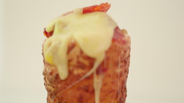 充填チーズのトッピングを融解と塩味の焼かれたウエハ コーン - 塩味スナック点の映像素材/bロール