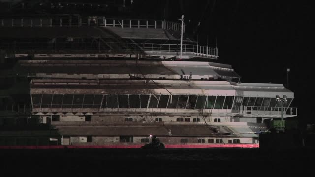 salvage operators in italy lift the costa concordia cruise ship upright from its watery grave in the biggest ever project of its kind clean italy... - giglio video stock e b–roll