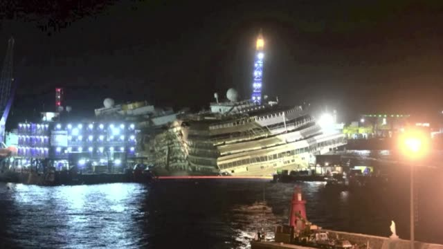 vídeos de stock e filmes b-roll de salvage operators in italy lifted the costa concordia cruise ship upright from its watery grave off the island of giglio on tuesday in the biggest... - maior