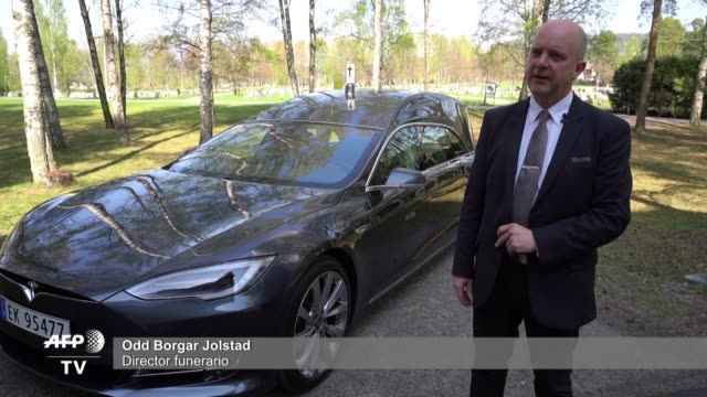vídeos y material grabado en eventos de stock de salvar el planeta incluso desde el mas alla los autos electricos son tan populares en noruega que una funeraria propone llevar a las personas a su... - llevar