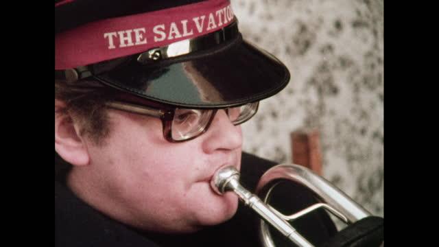 salvation army play christmas music on brass - ブラスバンド点の映像素材/bロール