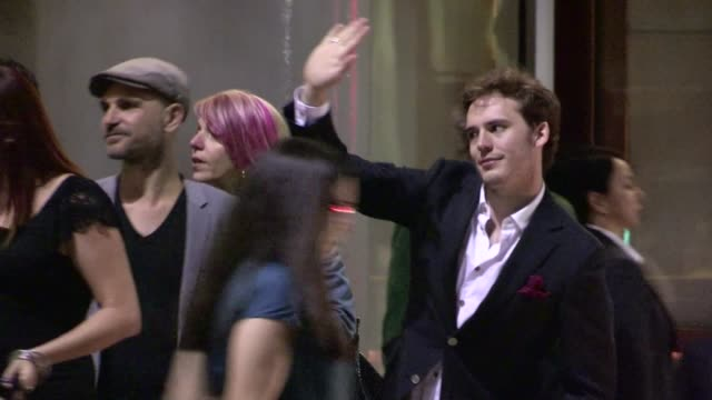 vidéos et rushes de sam claflin leaving napa valley grille at westwood village in los angeles 05/29/12 sam claflin leaving napa valley grille at westwood on may 29 2012... - westwood village