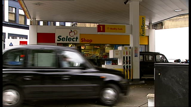 stockvideo's en b-roll-footage met sam hallam murder conviction formally quashed after seven years in prison t02101017 ext shell petrol station where chef essayas kassahun was murdered... - shell merknaam