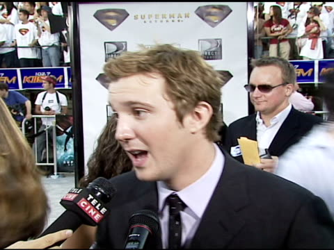 sam huntington on being the comic relief in the film on what it was like the first time he saw routh in the superman costume on why he thinks brandon... - brandon routh bildbanksvideor och videomaterial från bakom kulisserna