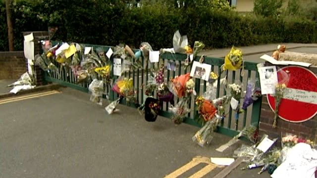 family claim bullying to blame ext floral tributes to sam on school gates - selbstmord stock-videos und b-roll-filmmaterial