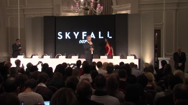 vídeos de stock, filmes e b-roll de sam mendes introduces bond cast berenice marlohe naomie harris dame judi dench javier bardem and daniel craig at the bond 23 launch press conference... - daniel craig ator