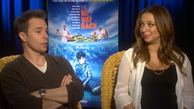 interview sam rockwell and maya rudolph on sam rockwells acting in a comedic role at the way way back los angeles press junket interview sam rockwell... - maya rudolph video stock e b–roll