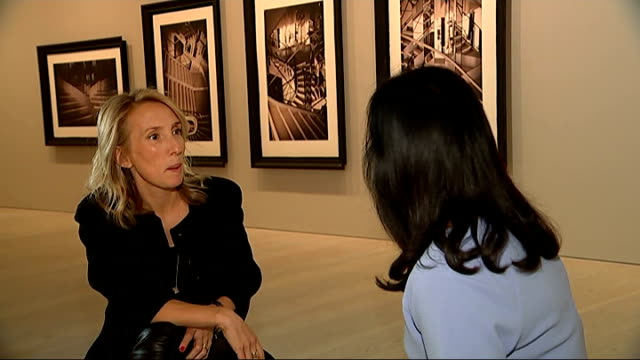sam taylorjohnson photography exhibition sam taylorjohnson interview sot sam taylorjohnson stands talking with reporter in galley - galeere stock-videos und b-roll-filmmaterial