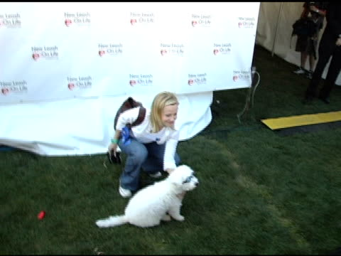 samantha mathis at the 4th annual nuts for mutts event at pierce college in woodland hills, california on april 3, 2005. - samantha mathis点の映像素材/bロール