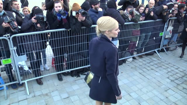 stockvideo's en b-roll-footage met samara weaving arrives at the louis vuitton show as part of the paris fashion week womenswear fall/winter 2018/2019 on march 6 2018 in paris france - louis vuitton modelabel