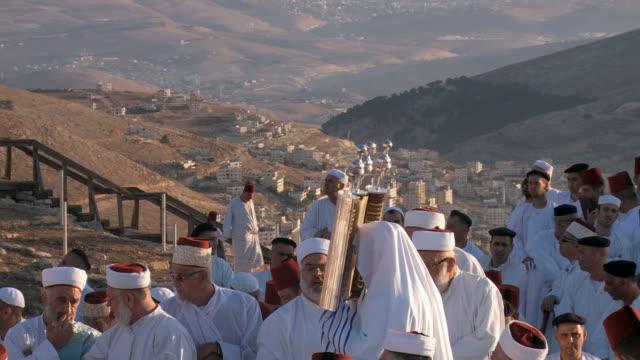 vídeos de stock, filmes e b-roll de samaritan pilgrimage ceremony at mount gerizim near west bank city of nablus,samaria - vestimenta religiosa