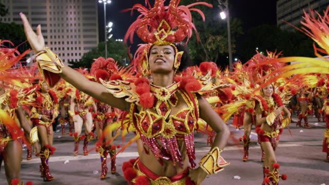 vídeos de stock e filmes b-roll de ms samba dancers at rio carnival / rio de janeiro, brazil - latino americano
