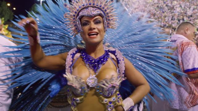ms samba dancers at rio carnival / rio de janeiro, brazil - 頭飾り点の映像素材/bロール