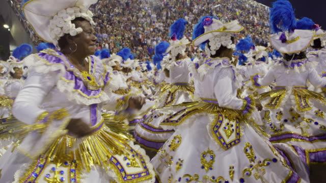 vídeos de stock, filmes e b-roll de ms samba dancers at rio carnival / rio de janeiro, brazil - desfiles e procissões