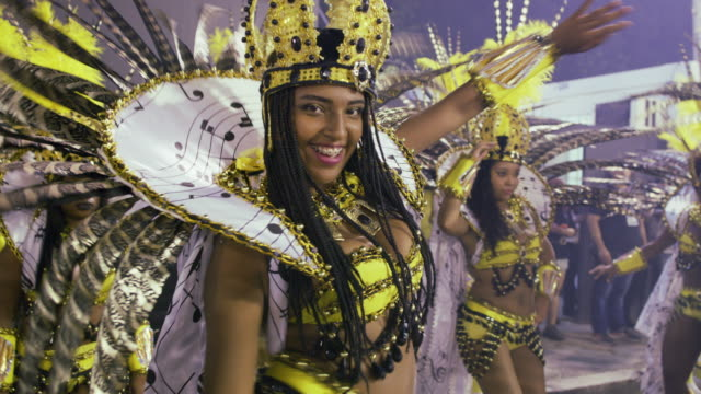 vídeos de stock e filmes b-roll de ms samba dancers at rio carnival / rio de janeiro, brazil - carnaval evento de celebração