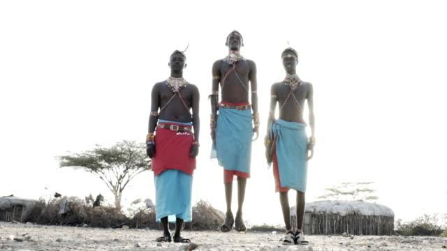 vídeos de stock e filmes b-roll de samburu tribesmen - comunidade