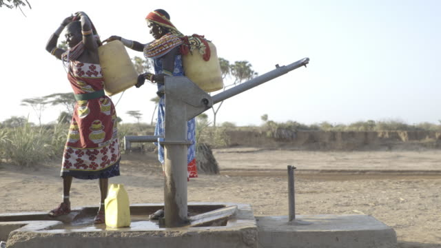 samburu women collecting freshwater from borehole. kenya, africa. - 淡水点の映像素材/bロール