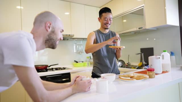 朝の家で恋に同性カップル - サンドイッチ作り点の映像素材/bロール