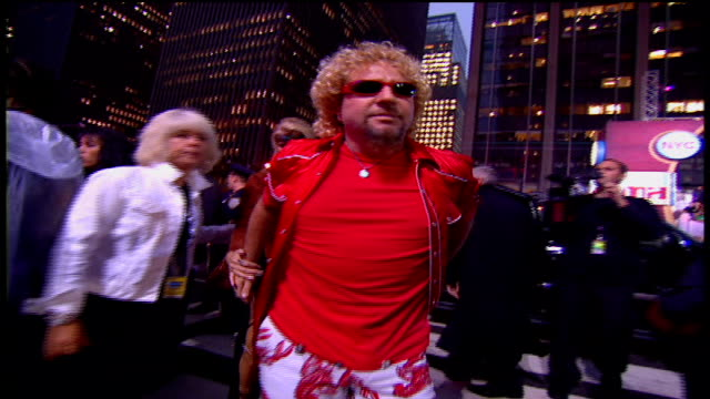 vídeos de stock e filmes b-roll de sammy hagar arriving at the arriving to the 2002 mtv video music awards red carpet - 2002