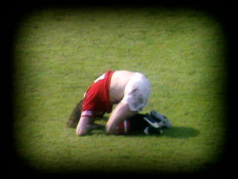 sammy mcilroy dejected after losing cup final to arsenal crouches on pitch with head in hands, arsenal vs manchester united, fa cup final. - final round stock videos & royalty-free footage