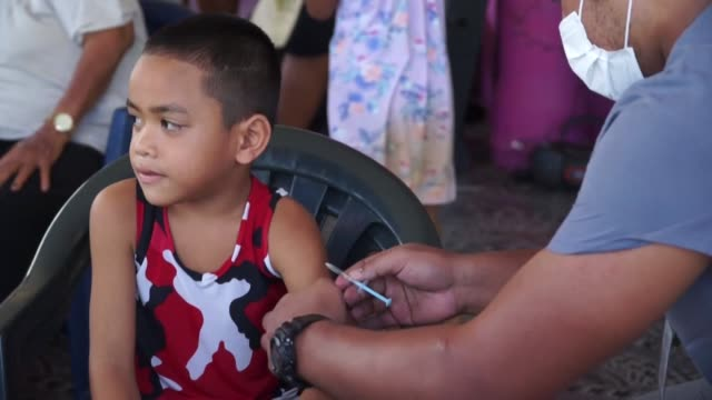 vídeos de stock e filmes b-roll de samoa continued a two day lockdown on friday to carry out an unprecedented mass vaccination drive aimed at containing a measles epidemic which has... - samoa