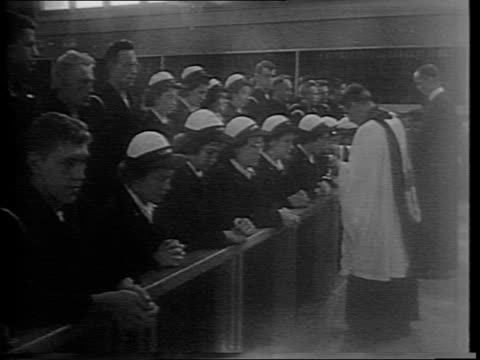 sampson naval base holds a united protestant communion service for 8,000 men in drill hall / interior of drill hall of naval training station packed... - プロテスタント点の映像素材/bロール