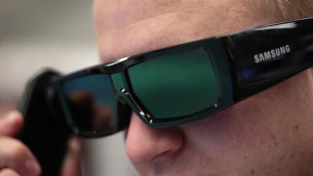 vídeos de stock, filmes e b-roll de samsung 3d glasses - óculos de terceira dimensão