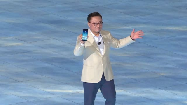 samsung unveils a new model of its galaxy note as it seeks to leave behind the debacle over exploding batteries in the previous generation of the... - launchparty stock-videos und b-roll-filmmaterial