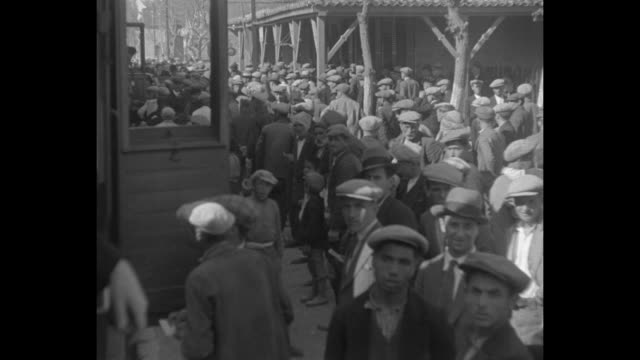 vidéos et rushes de samuel insull departs ship on gangway followed by uniformed turkish policemen armed with pistols / us government officials in trench coats and... - passenger train