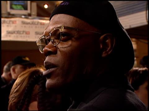 vídeos y material grabado en eventos de stock de samuel l jackson at the 'jackie brown' premiere at the mann village theatre in westwood california on december 11 1997 - jackie brown película