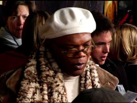 samuel l jackson at the 'jumper' premiere at ziegfeld theatre in new york new york on february 11 2008 - ジャンパー点の映像素材/bロール