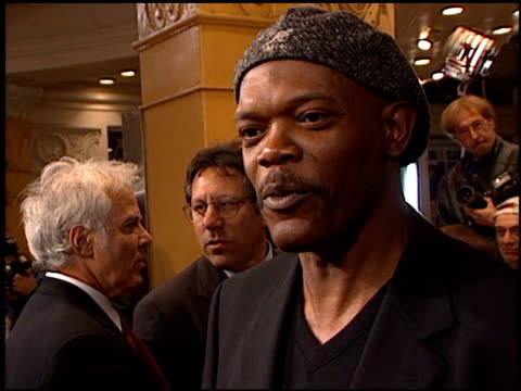 vidéos et rushes de samuel l jackson at the 'us marshals' premiere at fox westwood village in los angeles california on march 4 1998 - westwood village