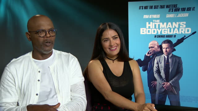 vídeos de stock, filmes e b-roll de interview samuel l jackson salma hayek on working with ryan reynolds at 'the hitman's bodyguard' interview on august 15 2017 in london england - salma hayek