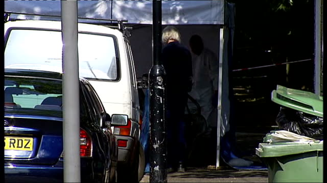 vídeos de stock e filmes b-roll de police appeal for witnesses 162010 england london peckham ext forensic officers and forensic tent at scene where body of samuel ogunro was found in... - peckham